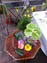 Photo: premier marché juillet 2015 à etoile sur rhône au premier plan bouquet avec agapanthes, oeillest et germinis, anthurium feuillages aspidistras à l'arrière plan composition piquée avec freesia