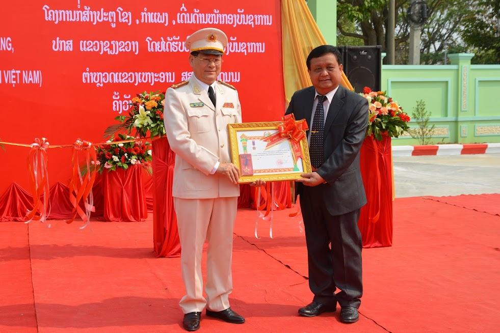 Đồng chí Bun Tổn Chăn Thạ Phon, Bí thư Tỉnh ủy, Tỉnh trưởng Xiêng Khoảng trao tặng Huân chương lao động hạng Ba cho Công an tỉnh Nghệ An
