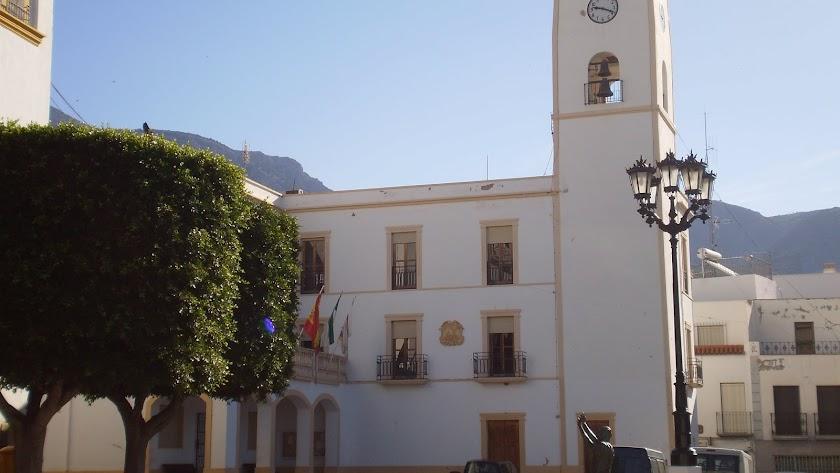 Fachada del Ayuntamiento con la icónica imagen del peregrino en la plaza.