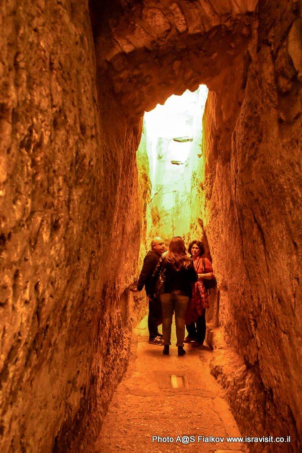 На экскурсии в тоннеле Стены Плача с гидом в Иерусалиме Светланой Фиалковой.