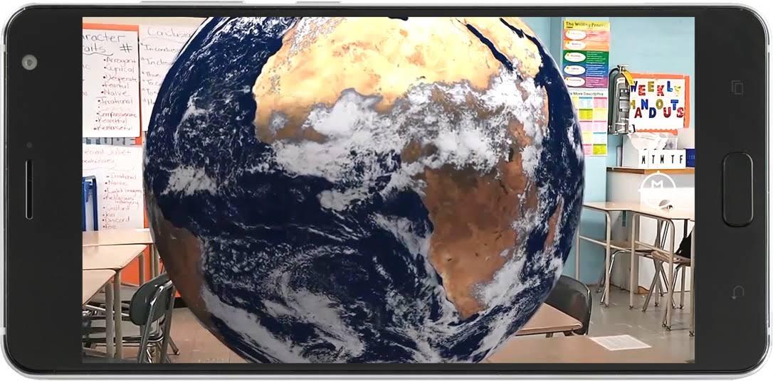 Ponsel dengan aplikasi Ekspedisi dalam mode AR yang menampilkan Bumi