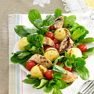 Mini-Kartoffelknödel auf Feldsalat mit Hühnerbruststreifen