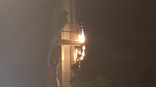 Arde un letrero en el exterior del Centro Comercial Mediterráneo