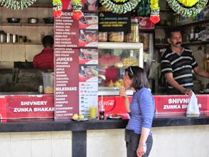 Photo: Repas de rue. La terrasse ou simplement un tabouret, sont des concepts encore a importer en Inde.