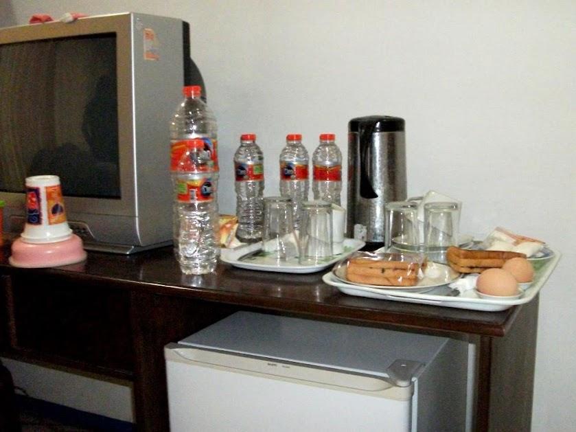 Televisi, kulkas mini, dan paket sarapan Hotel Kurnia Blora