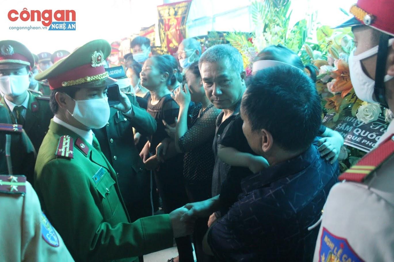 Đồng chí Đại tá Nguyễn Đức Hải, Phó giám đốc Công an tỉnh động viên, chia sẻ nổi đau với gia đình Đại uý Sầm Quốc Nghĩa