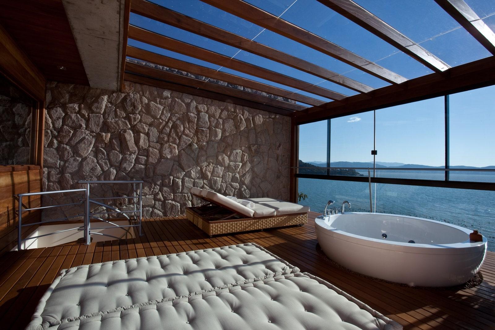 Desain kamar mandi di Ponta dos Ganchos Exclusive Resort, Brasil - source: architecturaldigest.com
