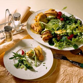 Gefüllte Pfannkuchen mit gemischtem Salat