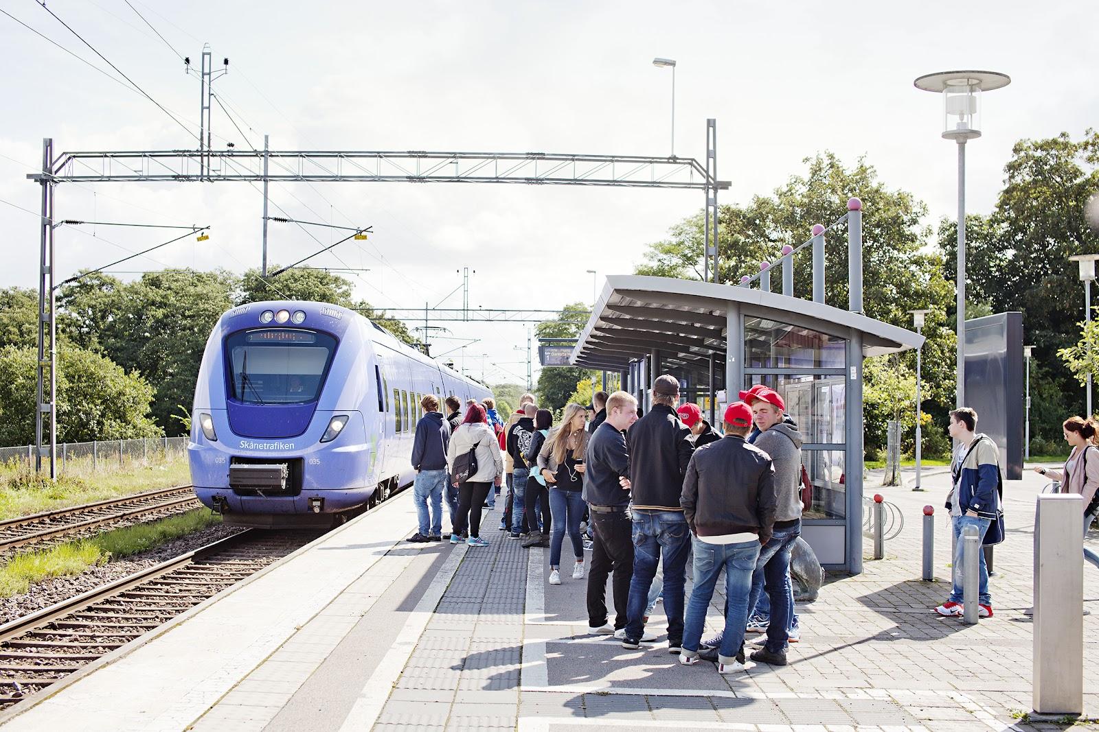Tåg Människor vid tåg.jpg