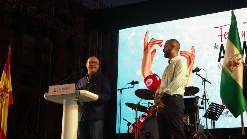 Diego García, pregonero de la Feria 2019, junto al alcalde, Ramón Fernández-Pacheco.