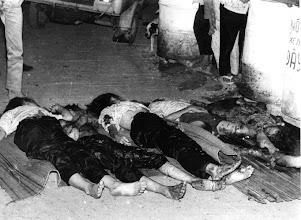 Photo: BÊN THẮNG CUỘC - HUY ĐỨC                           Việt cộng tàn sát trẻ em Việt Nam tại ngã tư Bảy Hiền.(1968) http://www.vietnam.ttu.edu/virtualarchive/items.php?item=VA056285 Communists slaughtered Vietnamese children at the Bay Hien intersection (Tet Mau Than offensive)