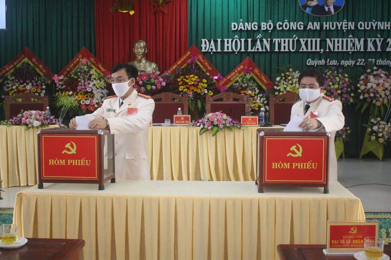 Các đại biểu bỏ phiếu bầu BCH Đảng bộ nhiệm kỳ mới