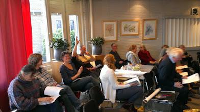 Photo: De winnaar van de florakwis steekt zijn hand op.
