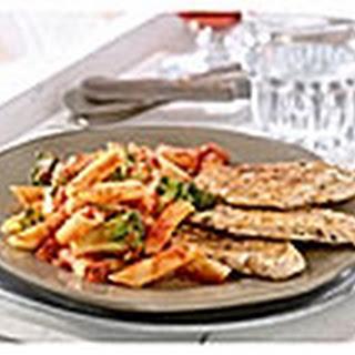 Pennepasta Met Pikante Pastasaus, Broccoli En Gegrilde Kipfilet