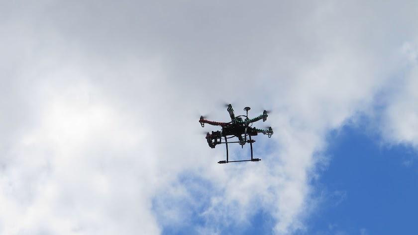 Los drones pueden tomar imágenes surcando los cielos.