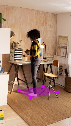 Un adolescente usa il computer dei genitori nell'ufficio di casa, mentre altri membri della famiglia sono nelle vicinanze.