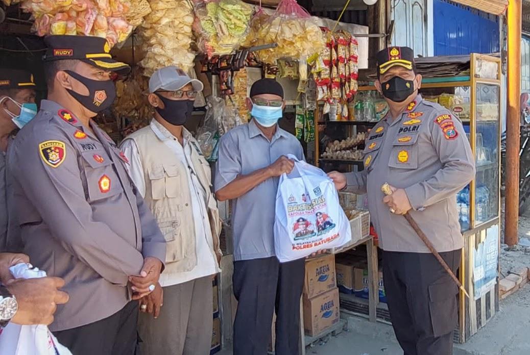 Kapolda Sumatra Utara Kembali Beri Bantuan Sembako Kepada Para Pedagang Asongan Melalui Kapolres Batu Bara
