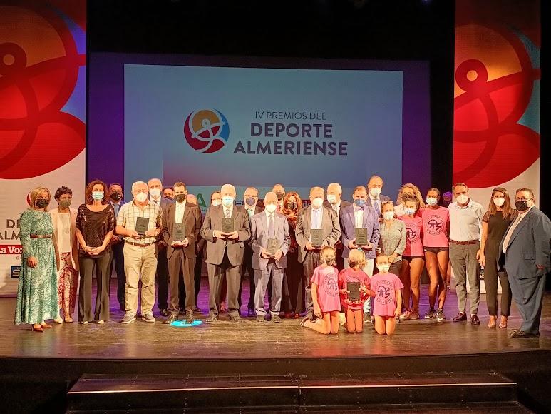 Foto de familia de premiados, organizadores y entregadores de premios tras la gala.