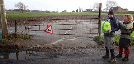 Photo: Hugo, moeten we niet door de poort? Daar is modder!