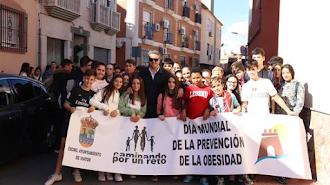El alcalde, con jóvenes participantes en la iniciativa.