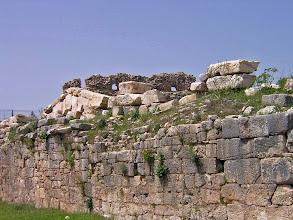 Photo: Rhodiapolis, Stoa Wall with Pendiment from the Monument of Opramoas .......... Muur van de Stoa met daarboven het fronton van het Monument van Opramoas