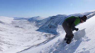 Photo: Digging a snow pit above Láddjuvággi