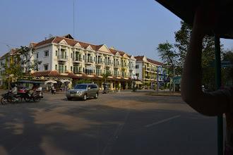 Photo: 3- Notre séjour débute à Siam Reap, pour la visite des célèbres temples d'Angkor. Cette ville de province autrefois paisible connaît un véritable boum économique depuis le classement du site par l'UNESCO au patrimoine mondial. Ici de luxueux appartements sont construits à destination des fonctionnaires.