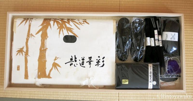 喪服の帯と小物を、桐箱に収納した画像