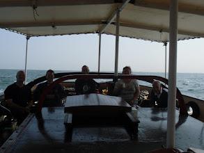 Photo: Onderweg over zee, en alle bemanning achterop?!