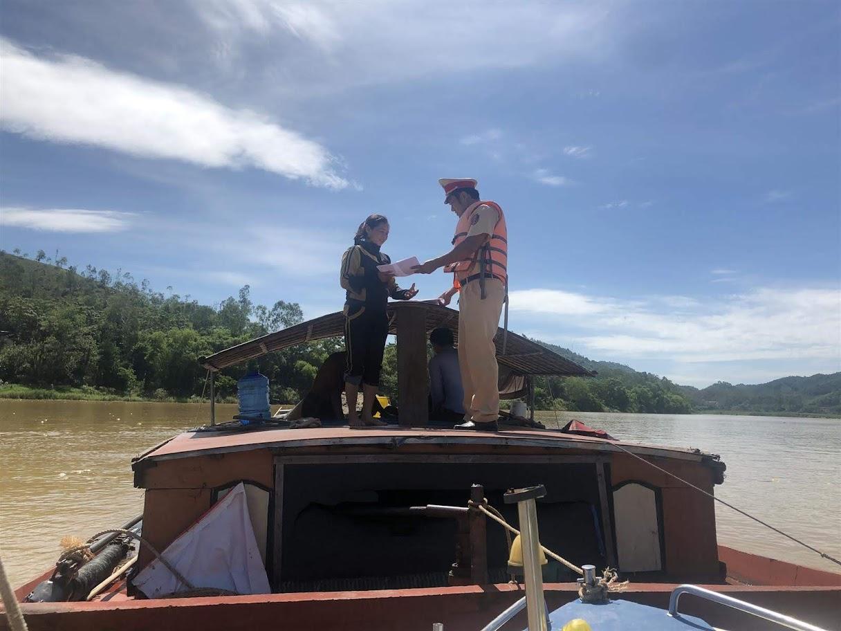 CBCS Đội Thủy đội kiểm tra hành chính phương tiện              tàu thuyền tại xã Nam Thượng, huyện Nam Đàn