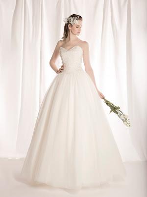 Robe de mariée princesse Féérique, bustier coeur brodé de perlés et de cristaux, en tulle avec un laçage dans le dos, élégante et glamour