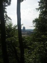 Photo: Angenehme Kühle im Wald nahe der Ennepe-Mündung bei über 30 °C bereits am Vormittag. Im Bildzentrum die Baustelle der Bahnhofshinterfahrung vor dem Hintergrund des ,Arbeitsamtes'.