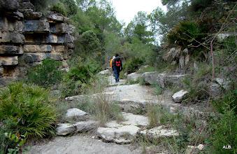 Photo: La senda continua sobre grandes bloques de piedra.