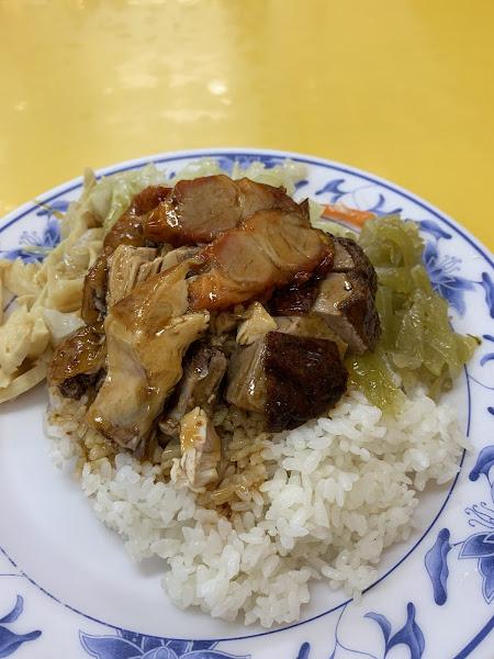 整體口味偏重! 我點三寶飯:叉燒跟燒鴨不錯,油雞還好。 配菜:筍絲、高麗菜、酸菜給的很多,感覺飯可以再多一點 呵呵