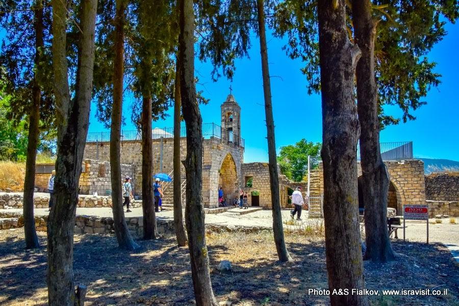 Маронитская церковь. Экскурсия в Галилее в национальном парке Барам.