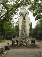 Photo: Turda - Piata Republicii - spatiu verde din fata catedralei, Monumentul Eroilor Aviatori, monument istoric - 2019.06.04