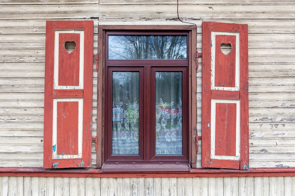 drewniana zdobiona okiennica, Otwock