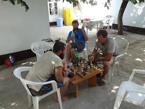 Photo: Při čekání na íránská víza si krátíme čas hraním šachů ...