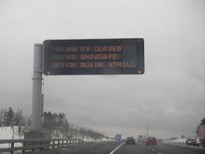 """Photo: ..... """"Road Closed"""" richting Aberdeen. Het oorspronkelijke plan moet worden bijgesteld."""