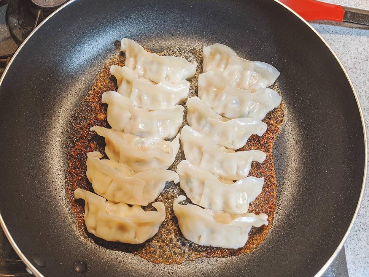 味の素ギョーザをフライパンで焼き、羽根のところが焼けて茶色になっている画像