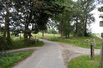 Photo: A gauche sur un sentier carrelé