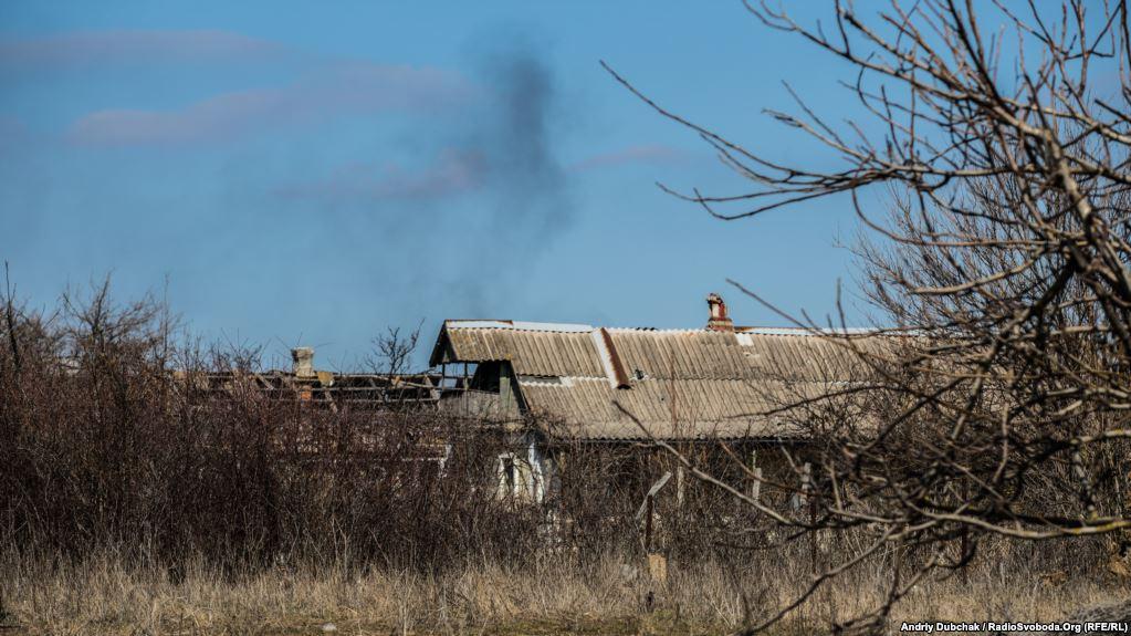 Дим від палаючого дота бойовиків російських гібридних сил під селищем Пікузи