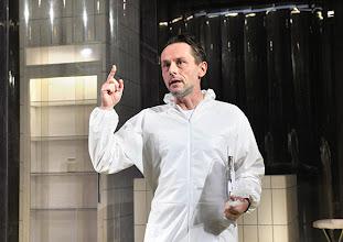 """Photo: WIEN/ BURGTHEATER/ Vestibül: """" Am Beispiel der Butter"""" von Ferdinand Schmalz. Inszenierung: Alexander Wiegold. Peter Knaack. Foto: Barbara Zeininger"""