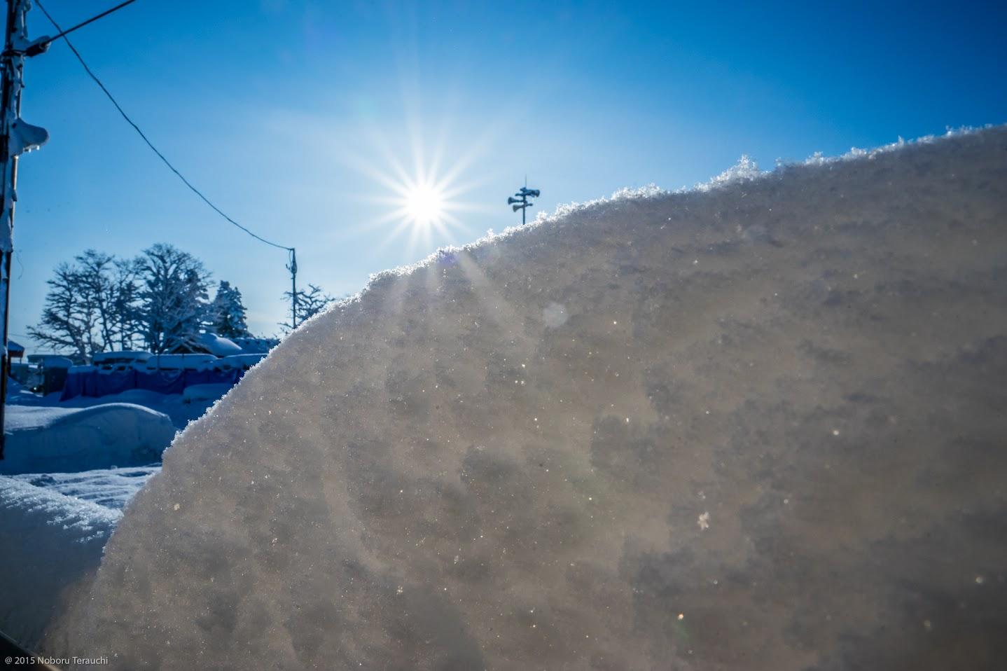 雪に浸透していく太陽の光