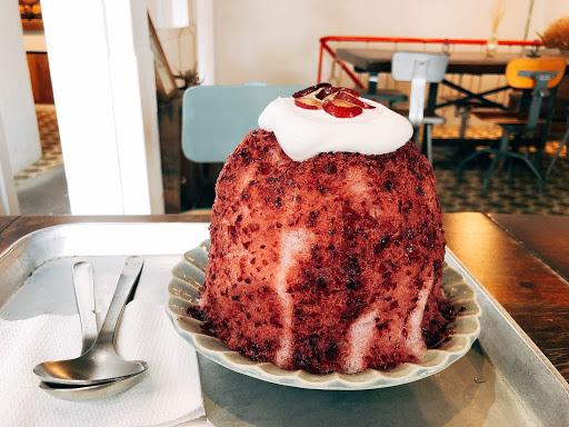 「珍珠奶茶舒芙蕾」125元 舒芙蕾吃起來口感偏硬,沒有那種鬆軟綿密感,有點可惜,可是香氣十足! 「葡萄優格冰」100元 原來是被舒芙蕾吸引至店,但意外發現了很棒的冰品,這個葡萄冰是很純天然的味道,冰非