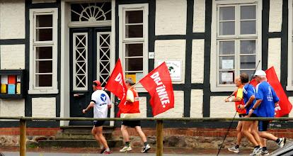Photo: Wahlkampf der alten Männer am Pfarrhaus 2011 in Parchim an der Elde