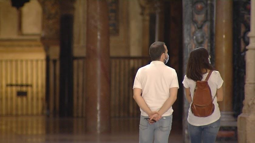 Una pareja visita la Mezquita de Córdoba.