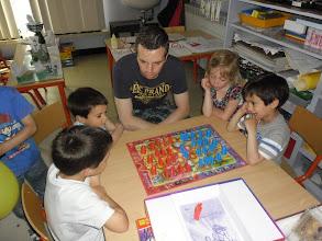 Photo: De kinderen van de 2° kleuterklas spelen al stratego....
