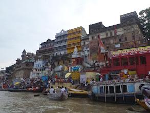 Photo: Nejdůležitější část města leží na břehu svaté řeky Gangy. Zde je více než 100 schodišť (ghátů) vedoucí k vodě.
