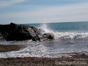 Photo: Vi fortsätter och ser hur vågorna slår mot några svarta stenar i havet